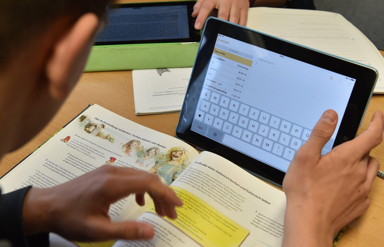 Tablets und Computer an Schulen sind in Deutschland oftmals Mangelware. Lehrer bewerten die Ausstattung im Durchschnitt mit der Note 3,6.