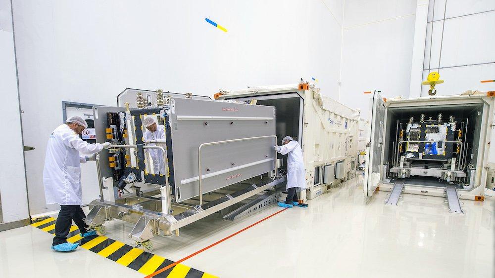 In Transportcontainern: Die Galileo-Satelliten Andriana und Liene bei ihrer Ankunft am europäischen Weltraumbahnhof Kourou.