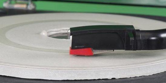 Die Schallplatte haben die Ingenieure derBundesanstalt für Materialforschung und -prüfung aus ultrahochfestem Beton gefertigt. Die Oberfläche kann so filigran bearbeitet werden, dass so gar die Prägung einer echten Schallplatte möglich ist.