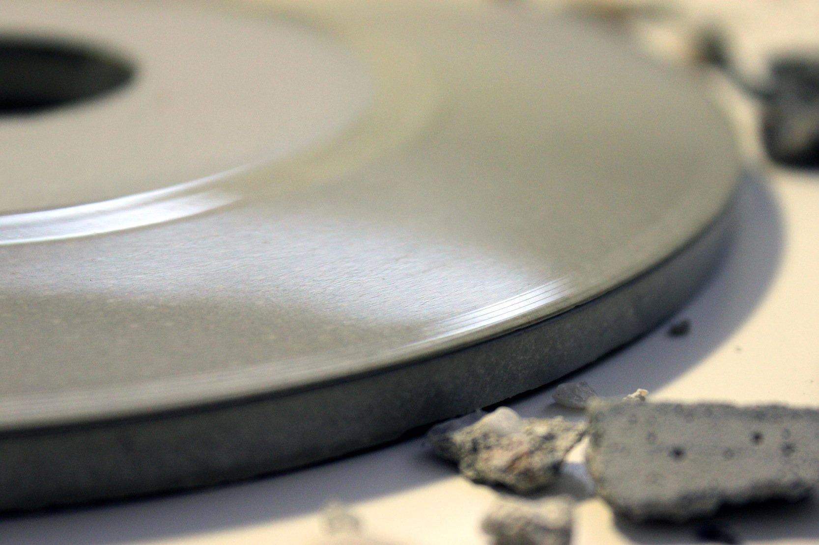 Das ist fast unglaublich: Diese filigrane Rille ist wirklich in eine Schallplatte aus Beton gepresst.