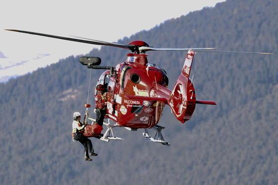 Flug des Skirennfahrers Matthias Mayer ins Krankenhaus von Innsbruck:Mayer ist bei der Weltcup-Abfahrt in Gröden schwer gestürzt und brach sich zwei Brustwirbel. Erstmals wurde bei einem Weltcup-Rennen ein Airbag ausgelöst, der den Oberkörper schützt. Wahrscheinlich hätte sich Mayer noch schlimmere Verletzungen zugezogen.
