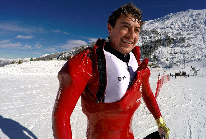 Der SkirennfahrerJan Farrell hat den Airbag bereits intensiv getestet: Deutlich zu sehen sind die aufgeblasenen Poster im Schulter- und Brustbereich.