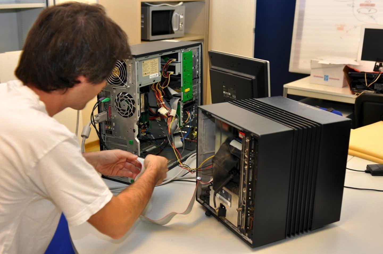 Der erste Webserver der Welt, nämlich der original NeXT-Computer von WWW-Erfinder Tim Berners-Lee, existiert am CERN noch immer. Im August 2009 wurde er generalüberholt.