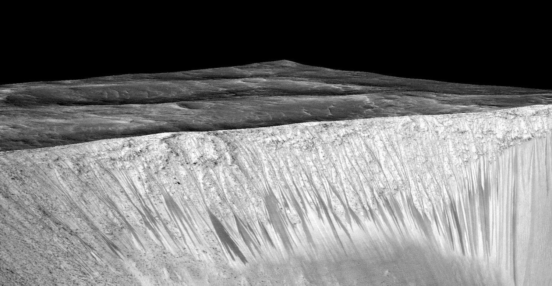 Garni-Krater auf dem Mars. Wie sind die dünnen Fließrinnen entstanden? Durch eine fließende Salzlauge oder verdampfendes Trockeneis?