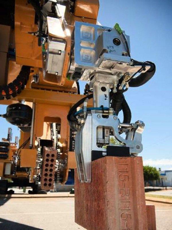 Hadrian bei der Arbeit: Der Roboter nimmt Ziegel auf, schneidet sie zurecht, lässt Mörtel darauf fließen und legt sie laut Bauplan an die richtige Stelle.
