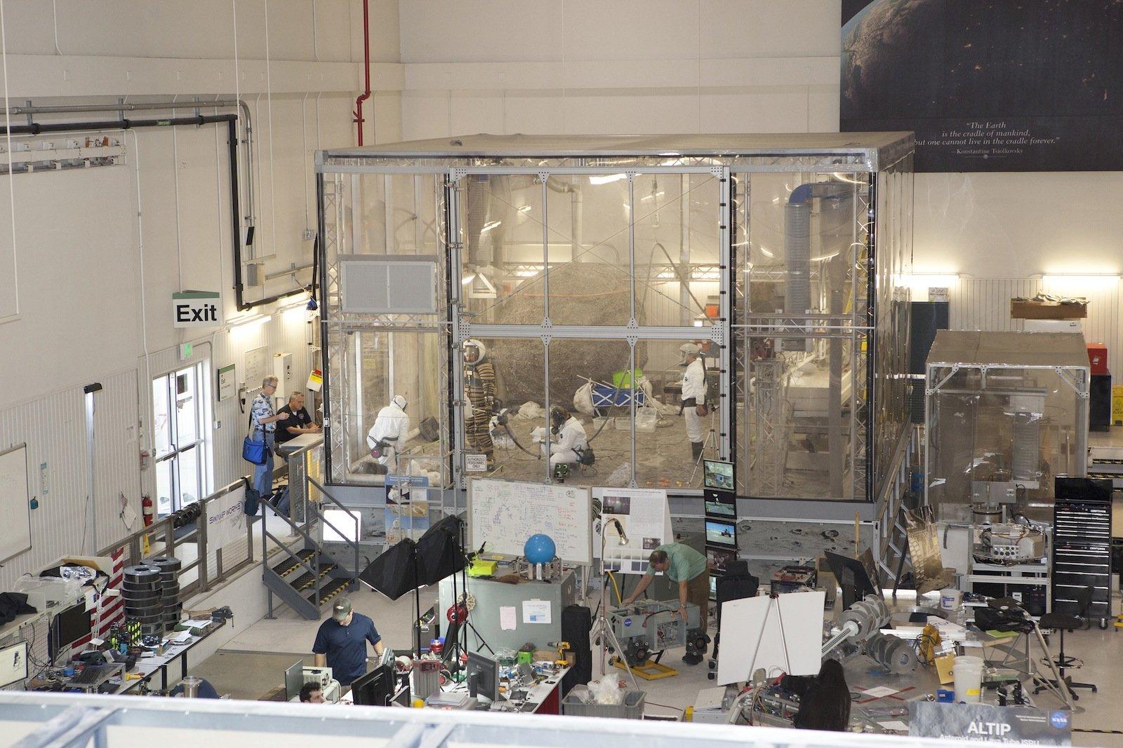 Der jüngste Praxistest für den NDX-1 fand nun auf dem Gelände des Kennedy Space Center in Florida statt. Dort haben die Wissenschaftler auf einem Laborgelände die Beschaffenheit der Oberfläche des Mondes und auch des Mars mit einer feinen Staubschicht auf dem Boden nachgebaut.
