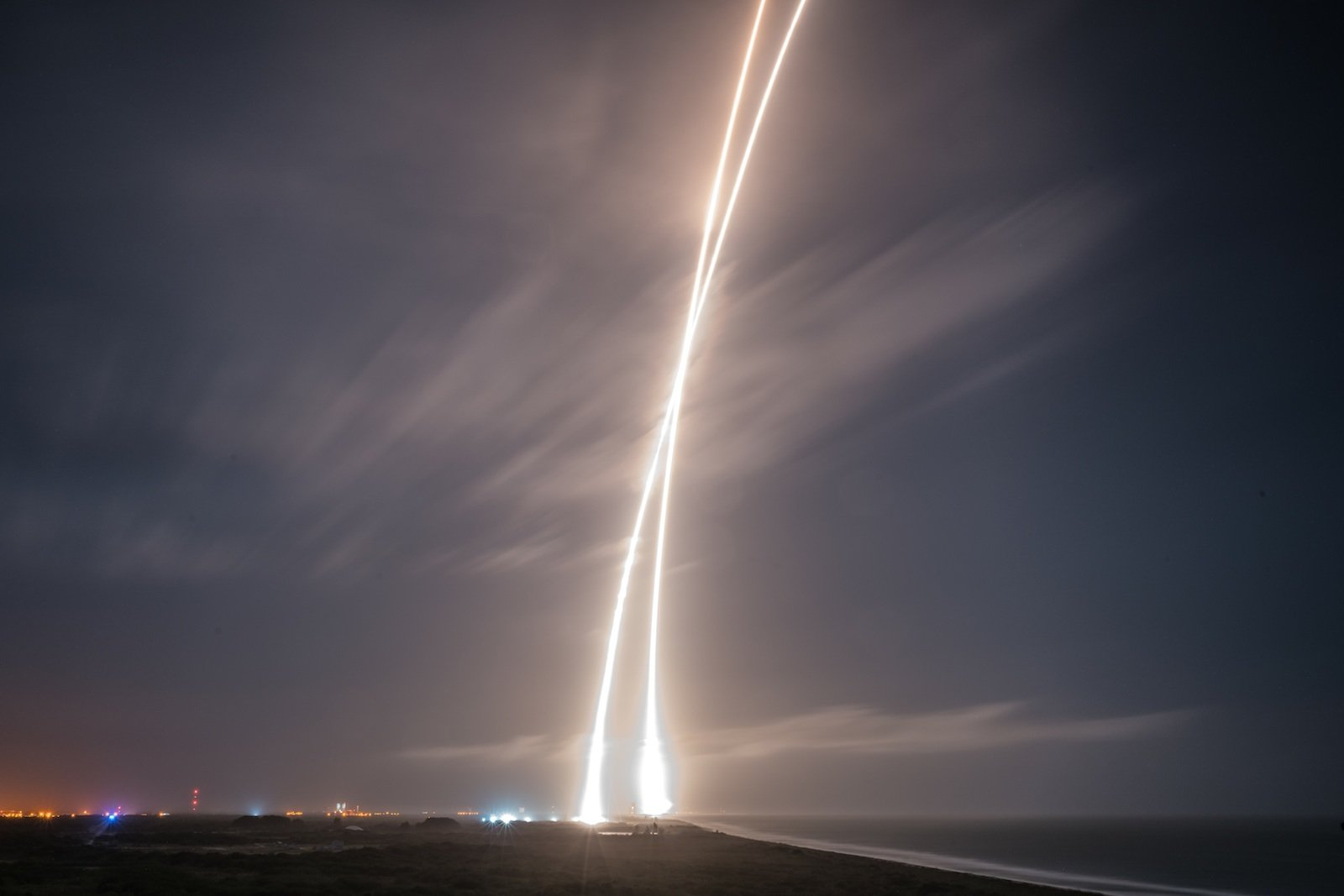Licht am Horizont: Diesmal hat es geklappt. SpaceX feierte gestern nach der Rückkehr der Trägerrakete Falcon 9