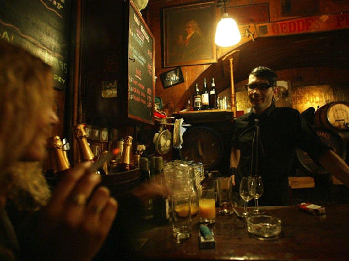 Wegen zunehmender Diebstähle an Gästen in Londons ältestem Weinlokal Gordon's Wine Bar kam Inhaber Gordon Simon auf die Idee, mit einem Netzwerk gegen Langfinger vorzugehen.