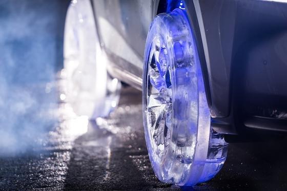 36 Stunden pro Rad brauchten die Eisbildhauer, die sogar das Reifenprofil eingeschnitten haben.