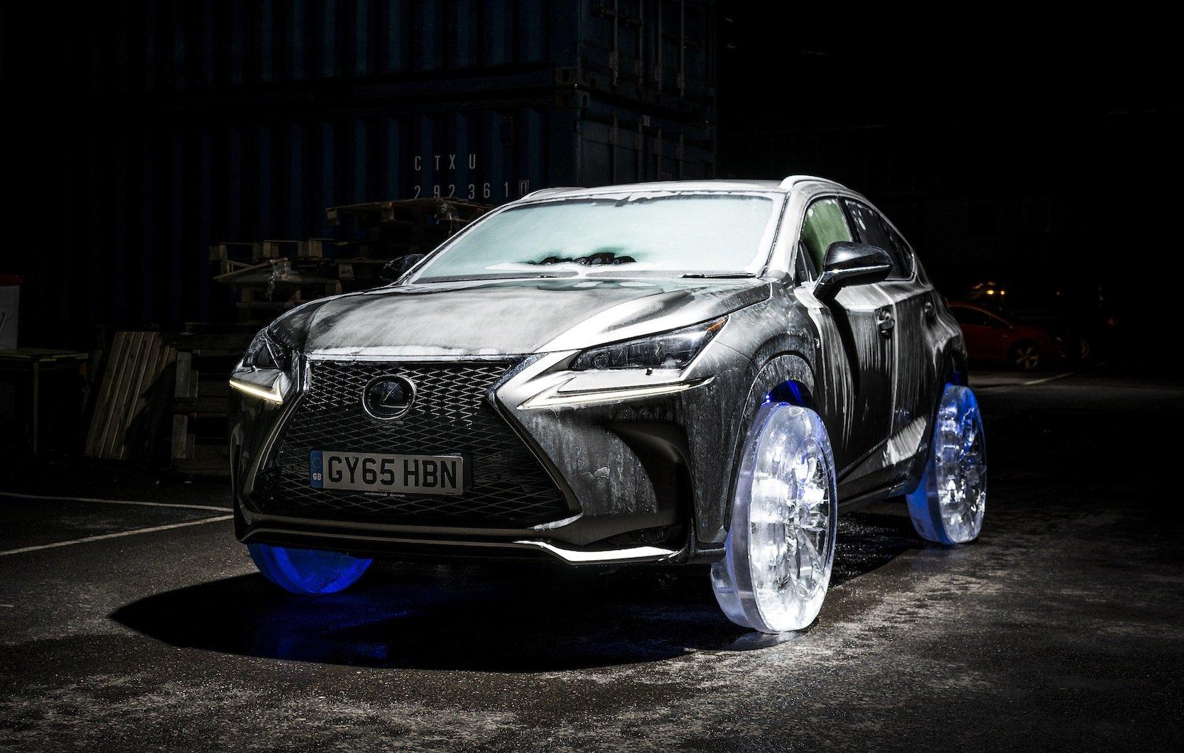 Für die PR-Aktion eines Lexus aus Räder auf Eis wurde das Auto, ein Luxus NX, fünf Tage lang in einer Kammer tiefgefroren.