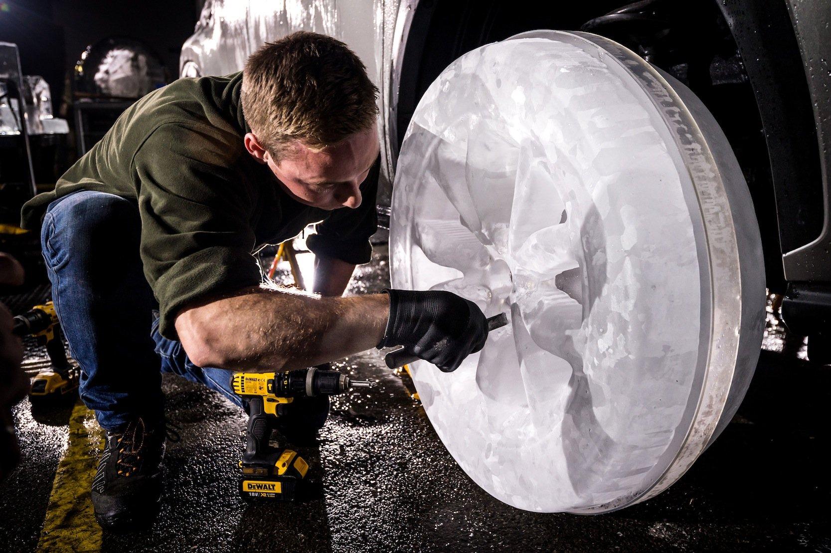 In die Räder aus Eis wurde sogar das Profil hineingeschnitten. Um die Stabilität zu erhöhen, verfügen die Eisräder über Acryleinlagen.