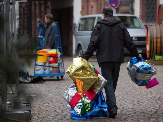 Abbau des Weihnachtsmarktes in Frankfurt am 23. Dezember: Bis zur letzten Minute wurde auf den Weihnachtsmärkten in Deutschland gearbeitet. Anschließend hatten die Stadtreiniger noch ordentlich zu tun.