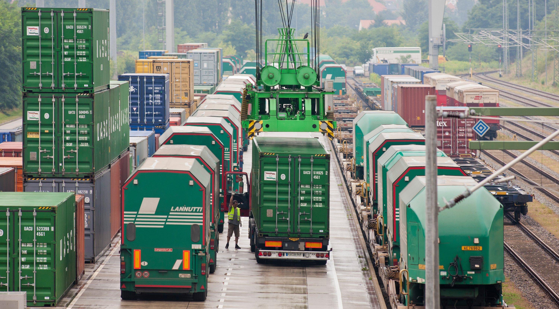 Güterzüge und Lkw im Güterverkehrszentrum Dresden-Friedrichstadt: Die Logistik macht auch an Weihnachten und Silvester keine Pause. Denn an den Tagen drauf sollen Rohstoffe und Lebensmittel wieder vorrätig sein.