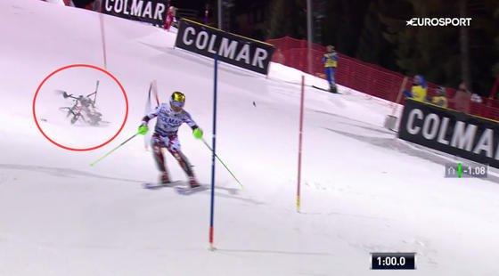 Auf diesem Bild von Eurosport schlägt die Kameradrohne beim Nachtslalom in Madonna di Campiglio unmittelbarhinter Skifahrer Marcel Hirscher ein. Der fährt weiter und schafft Rang 2.