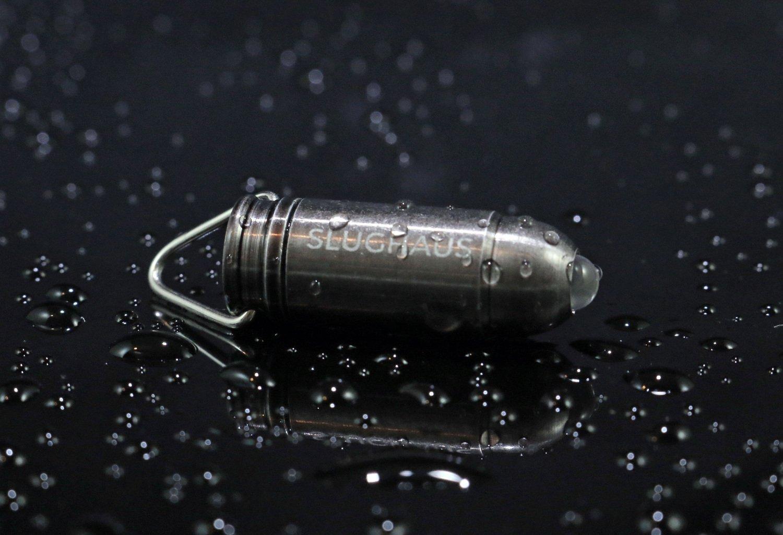 Die kleine Taschenlampe Bullet soll wasserdicht sein. Für einen Waldspaziergang bei Nacht genügt das Lämpchen aber nicht. Dafür ist der Lichtstrahl zu gering.