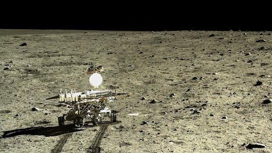 Nach Gesteinsanalysen des chinesischen Roboters Yutu befindet sich auf dem Mond eine Art Basalt. Das Gestein enthält dieMinerale Olivin und Ilmenit, die wegen ihrer sehr unterschiedlichen Eigenschaften eigentlich nicht am selben Ort zu erwarten sind.