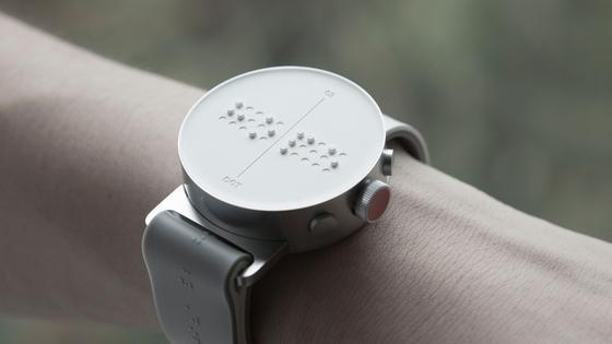 Dot Watch: Die smarte Armbanduhr übersetzt Texte, die beispielsweise auf einem Smartphone oder einem eBook gespeichert sind, in Blindenschrift.Außerdem ist ein Gyroskop integriert, das beim Navigieren hilft.