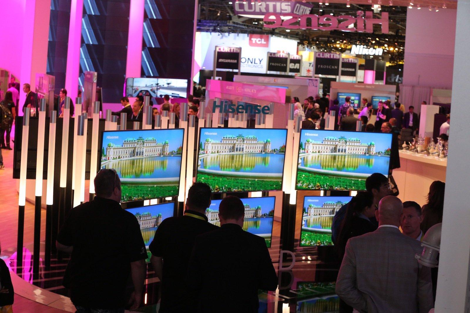 Auch 2016 werden auf der CES Neuheiten rund ums Fernsehen präsentiert. So will LG will auf der Elektronikmesse einige Neuerungen zum ultra-hochauflösenden Fernsehen präsentieren und dabei auch neue Möglichkeiten zur Vernetzung des heimischen TV-Geräts mit dem Smartphone vorstellen.