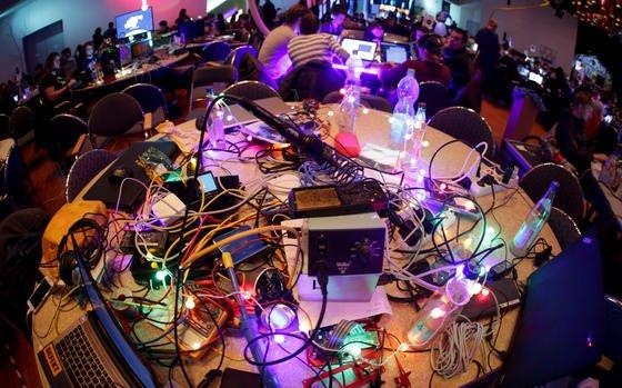 Lötkolben, Netzstecker, Computerkabel und Leuchtkabel: So sieht es in einem Vortragsraum beimKongress des Chaos Computer Clubs aus.
