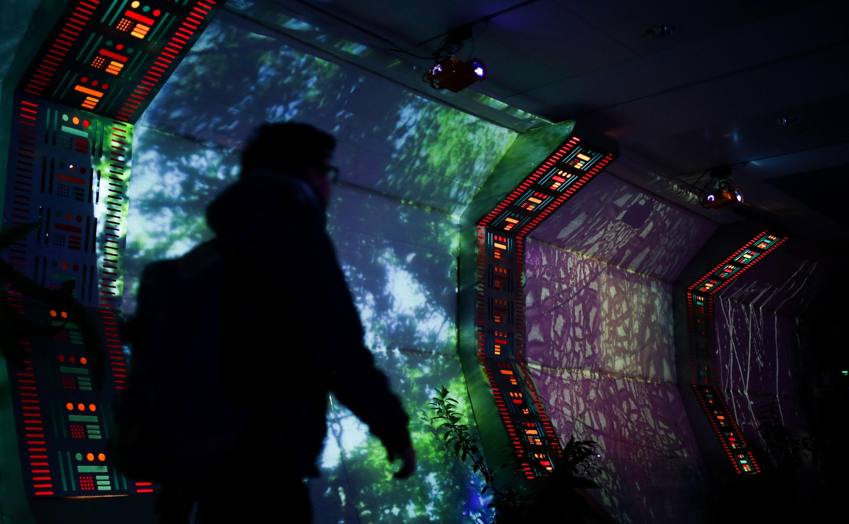 Digitale Welt: Ein Besucher des Kongresses des Chaos Computer Clubs (CCC) läuft in Hamburg im Kongresszentrum CCH durch einen Verbindungsgang zu einem Vortragsraum.
