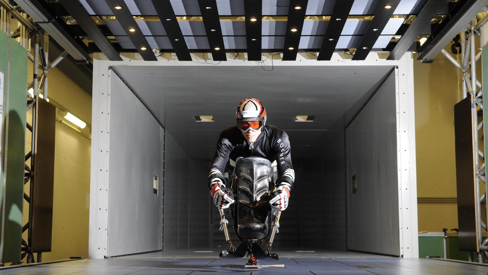 Sportler im Windkanal: Der querschnittsgelähmte Skifahrer Georg Kreiter wurde 2010 mit seinem so genannten Monoski untersucht. Forscher des DLR-Göttingen untersuchen seine optimale Haltung im Windkanal der TU Hamburg-Harburg.