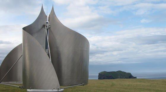 Sieht aus wie ein Kunstobjekt: Die Icewind-Anlage ist vertikal aufgestellt und besitzt in sich verdrehte Rotorblätter. Als Materialien werdeneine Mischung aus kohlenstofffaserverstärktem Kunststoff, wie er im Flugzeugbau eingesetzt wird, Edelstahl und besonders festes Aluminium verwendet.