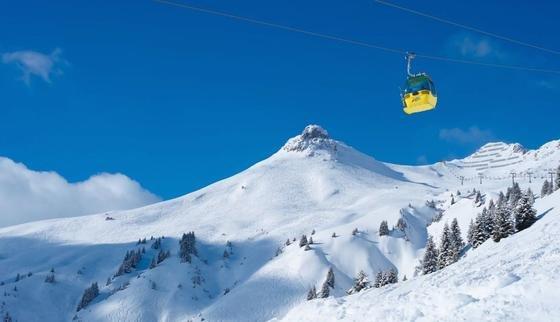 Schnee, soweit das Auge reicht: Eine neue Seilbahn und eine Skipiste verbinden jetzt den Skicircus Saalbach Hinterglemm Leogang und das benachbarte Tiroler Skigebiet Fieberbrunn. Damit ist das größte zusammenhängende Skigebiet Österreichs (270 Pistenkilometer) entstanden.