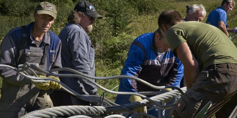 Eine echte Herausforderung beim Bau der Seilbahn TirolS war die Einfädelung des Liftseils. Das Ungetüm ist 5900 Meter lang und wiegt 65 Tonnen. Anfang September 2015 bezwangen die Monteure das Stahlmonster.