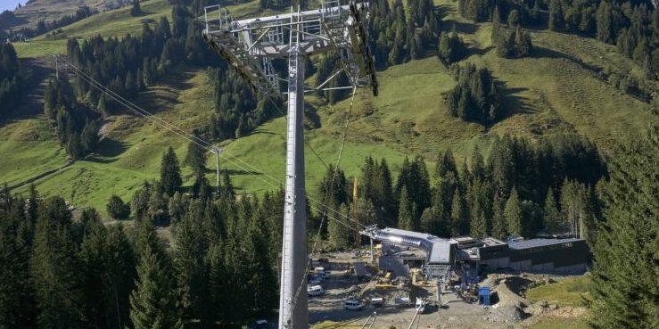 Finale Phase beim Bau der 10-Personen-Umlaufkabinenbahn TirolS von Fieberbrunn auf den Reiterkogel in Saalbach Hinterglemm. Die Stationsgebäude stehen kurz vor der Fertigstellung, Seilzug und Seilspleiß sind abgeschlossen.