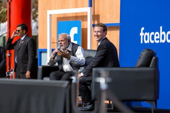 """Ende September diskutierte Facebook-Chef Mark Zuckerberg (r.) mit dem indischen Premier Narendra Modi über das Internet. Trotzdem wurde sein """"freies Internet"""" aus dem Netz genommen."""