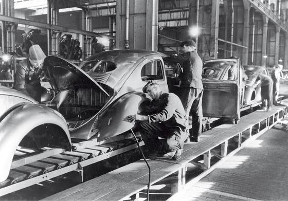 Trotz Serienproduktion war beim VW Käfer noch sehr viel Handarbeit gefragt. Von Robotern wie heute keine Spur.