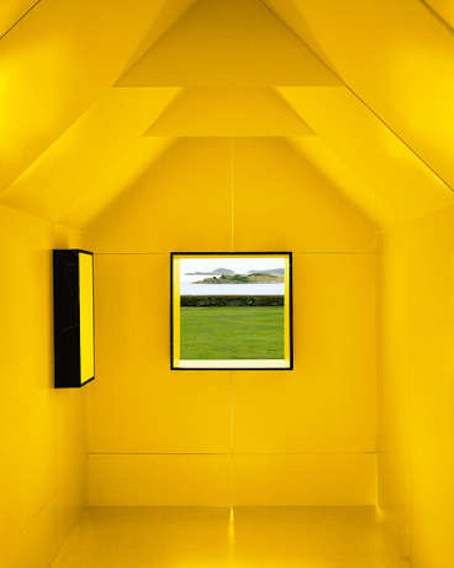 Das Innere des Papierhauses erstrahlt in einem warmen Gelb. Die 7,3 Quadratmeter große Chameleon Cabin soll vorrangig auf Verpackungsmessen zu sehen sein.