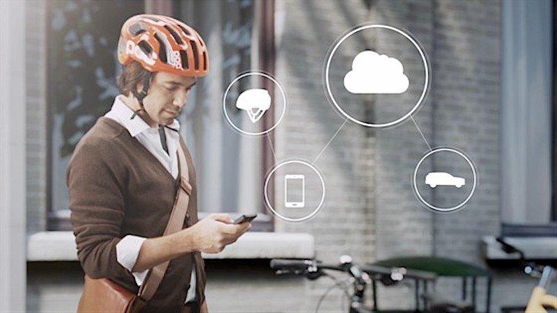 Helm auf, Smartphone an und mit der Volvo-Cloud vernetzen: So stellt sich der schwedische Autohersteller sicheres Radfahren vor.