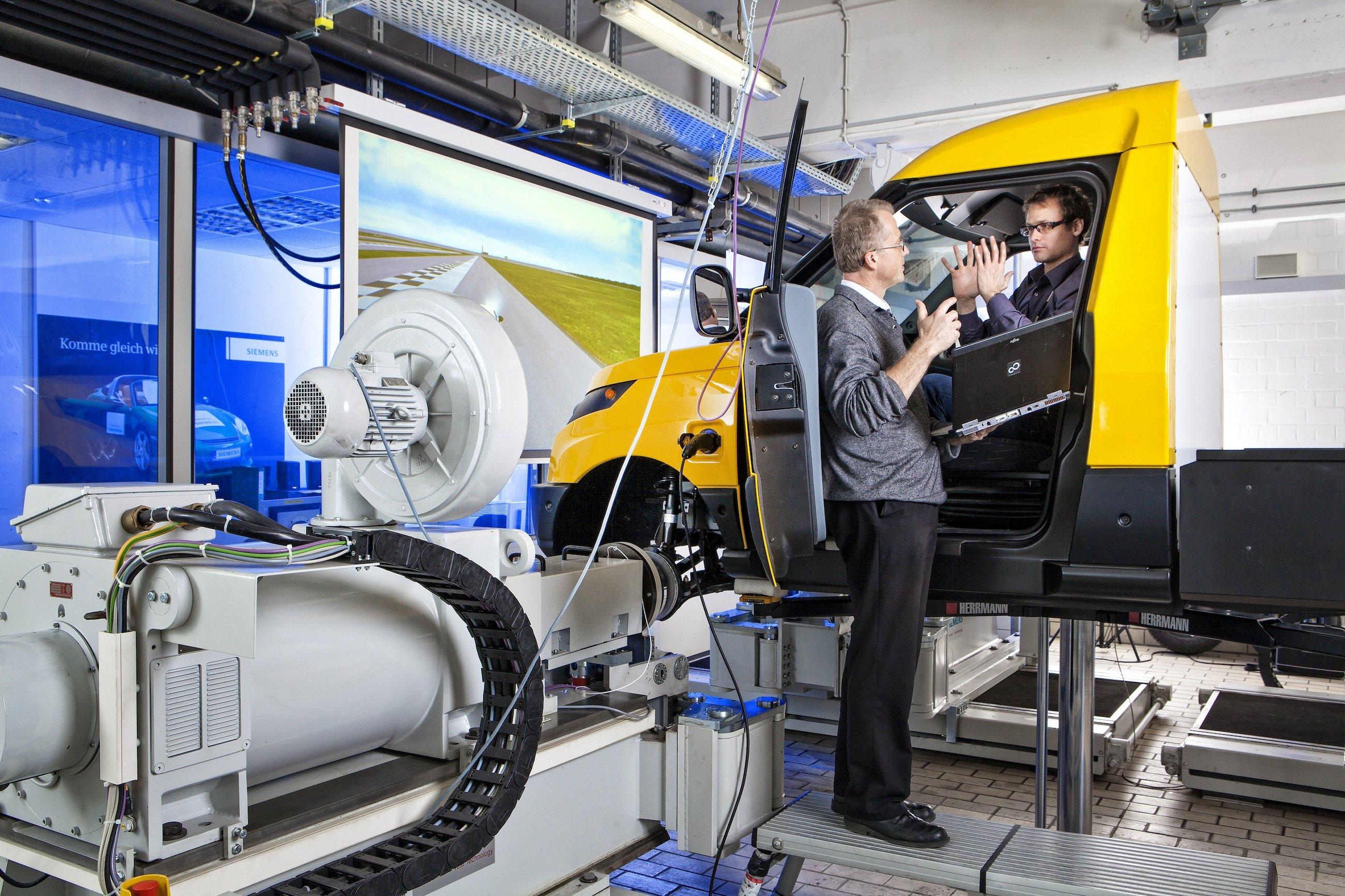 Als erstes Elektroauto hat Siemens einen Post-Transporter mit der neuen Steuerungstechnik RACE ausgestattet.