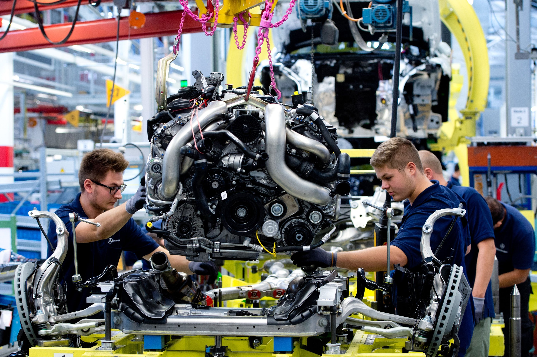 Werden künftig alle drei Monate durchleuchtet: Mitarbeiter des Autokonzerns Daimler. Im Zuge der Terrorbekämpfung werden deren Basisdaten wie Name und Geburtsdatum mit denen von Terrorlisten abgeglichen.