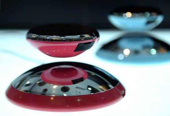 Bluetooth-Lautsprecher vom Typ CE Air2 der Firma Axxess Ce auf der CES in Las Vegas. Teile der Lautsprecher schweben in der Luft.