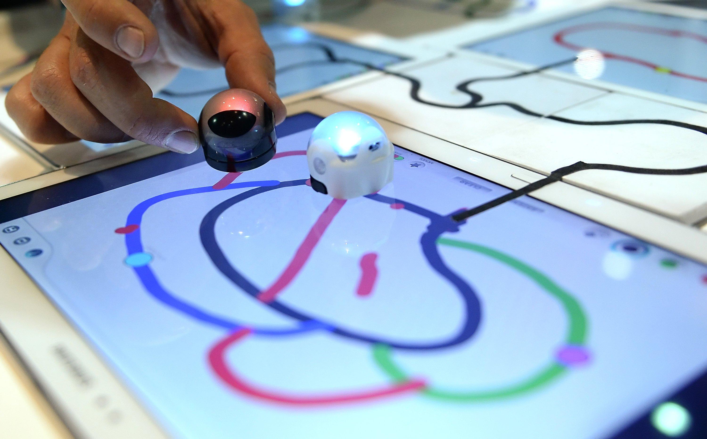 Spiel-Roboter mit dem Namen Ozobot auf der CES in Las Vegas fahren auf bunten Linien über einen Bildschirm und ändern dadurch ihre Farbe. Die kleinen, murmelförmigen Roboter bieten in Kombination mit diversen Apps viele Spiel- und Lernvarianten.