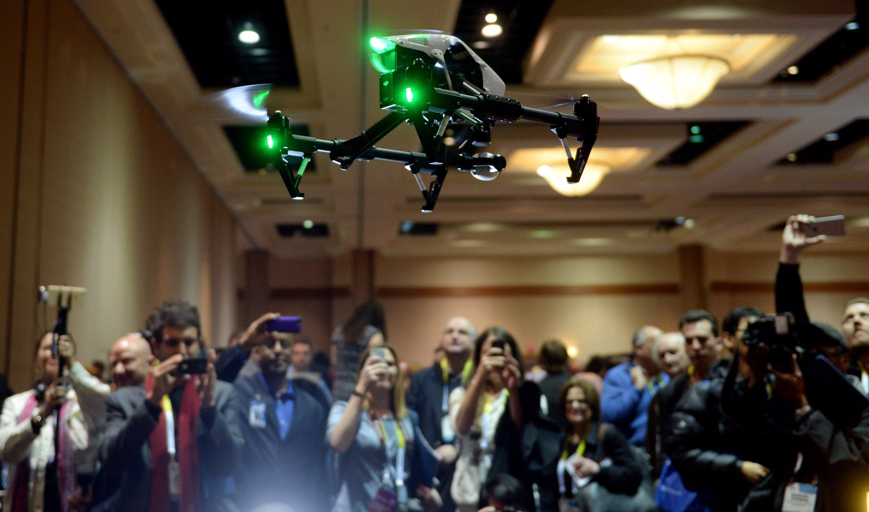 Fliegende Drohne Inspire 1 des Herstellers DJI: Drohnen sind so beliebt, dass ihre Hersteller auf der CES 2015 erstmals einen eigenen Ausstellungsbereich haben. Laut Gerüchteküche soll dort auch Kamerahersteller GoPro ein Fluggerät zeigen.