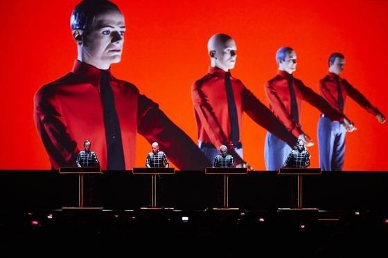 """Die Band Kraftwerk spielt in der jetzt geschlossenen Neuen Nationalgalerie acht Konzerte. Der Zyklus """"Der Katalog – 1 2 3 4 5 6 7 8"""" umfasst alle acht Alben der Gruppe, an jedem Abend eines. Anschließend wird die Galerie bis 2020 aufwendig saniert."""