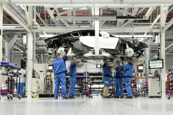 Produktion des BMW i8 im Werk Leipzig: 2014 wurden in Deutschland 5,62 Millionen Autos produziert, so der VDA in seiner Jahresbilanz.