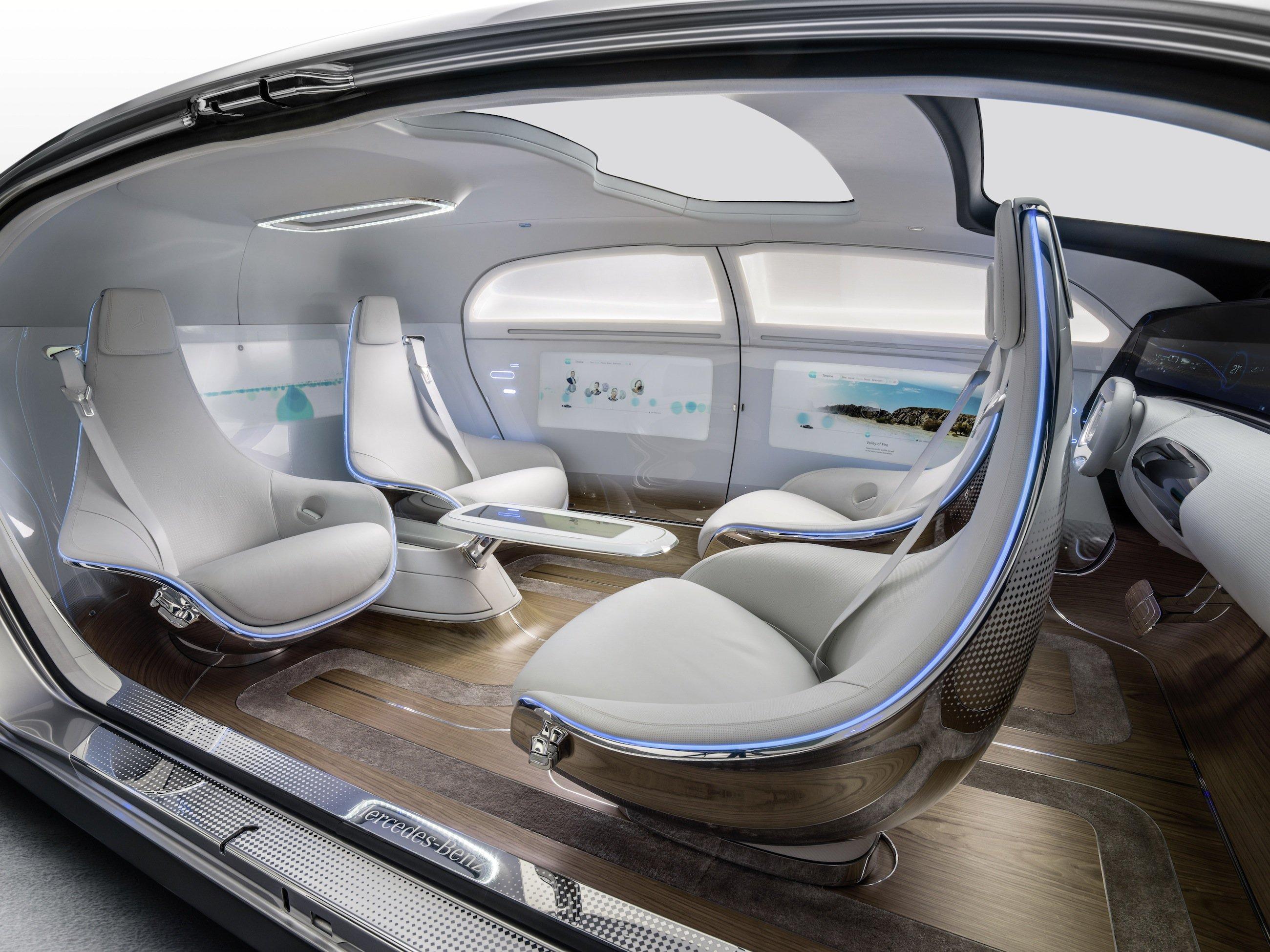 DerInnenraum des F 015 ist mit drehbaren Clubsesseln und sechs Displays ausgestattet und gleicht mehr einer Lounge als einer Fahrgastzelle.