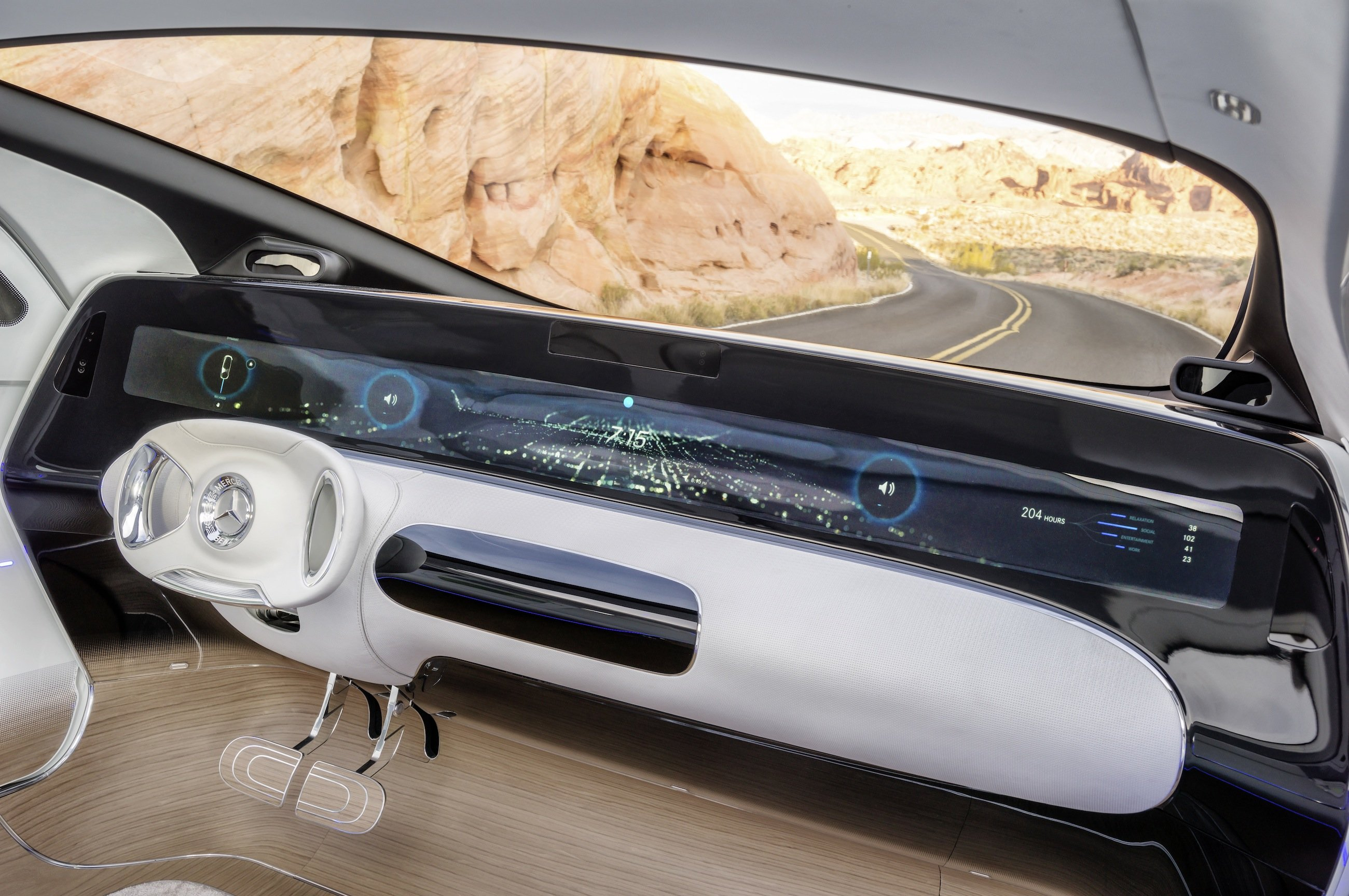 Cockpit des F 015: Das Auto wird über Gesten, Augenbewegungen, Sprachbefehle und Berührungen der Displays gesteuert. Von einem traditionellen Auto sind lediglich das Lenkrad und die Pedale übrig geblieben.