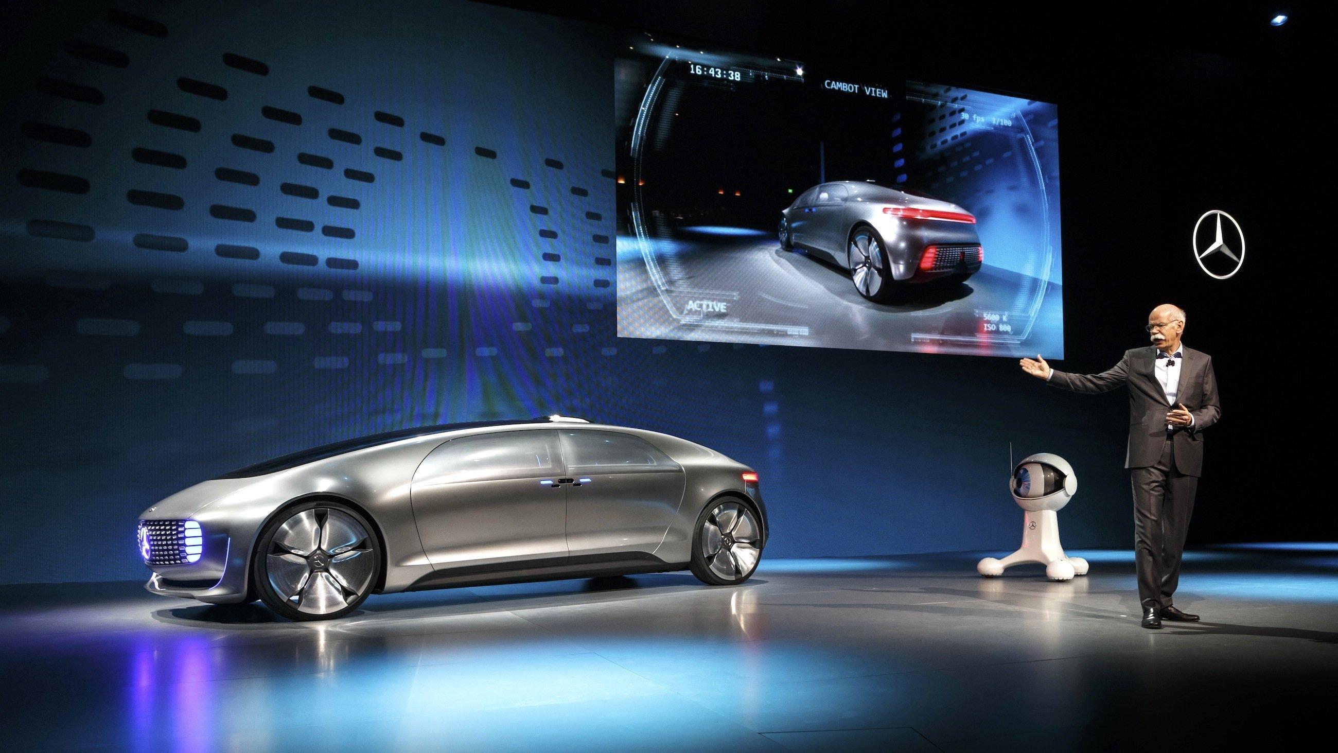 Daimler-Chef Dieter Zetsche mit dem neuen F 015 zur Eröffnung der CES in Las Vegas.