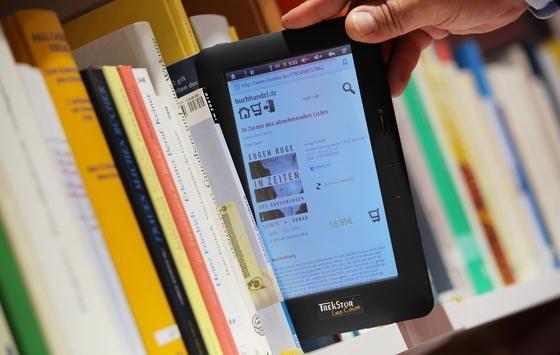 E-Book oder gedrucktes Buch: Nach einer aktuellen Studie schläft es sich besser nach dem Lesen von papiernen Werken. Die Forscher vermuten als Ursache für den unruhigeren Schlaf das kurzwellige, blaue Licht der Hintergrundbeleuchtung der elektronischen Geräte.