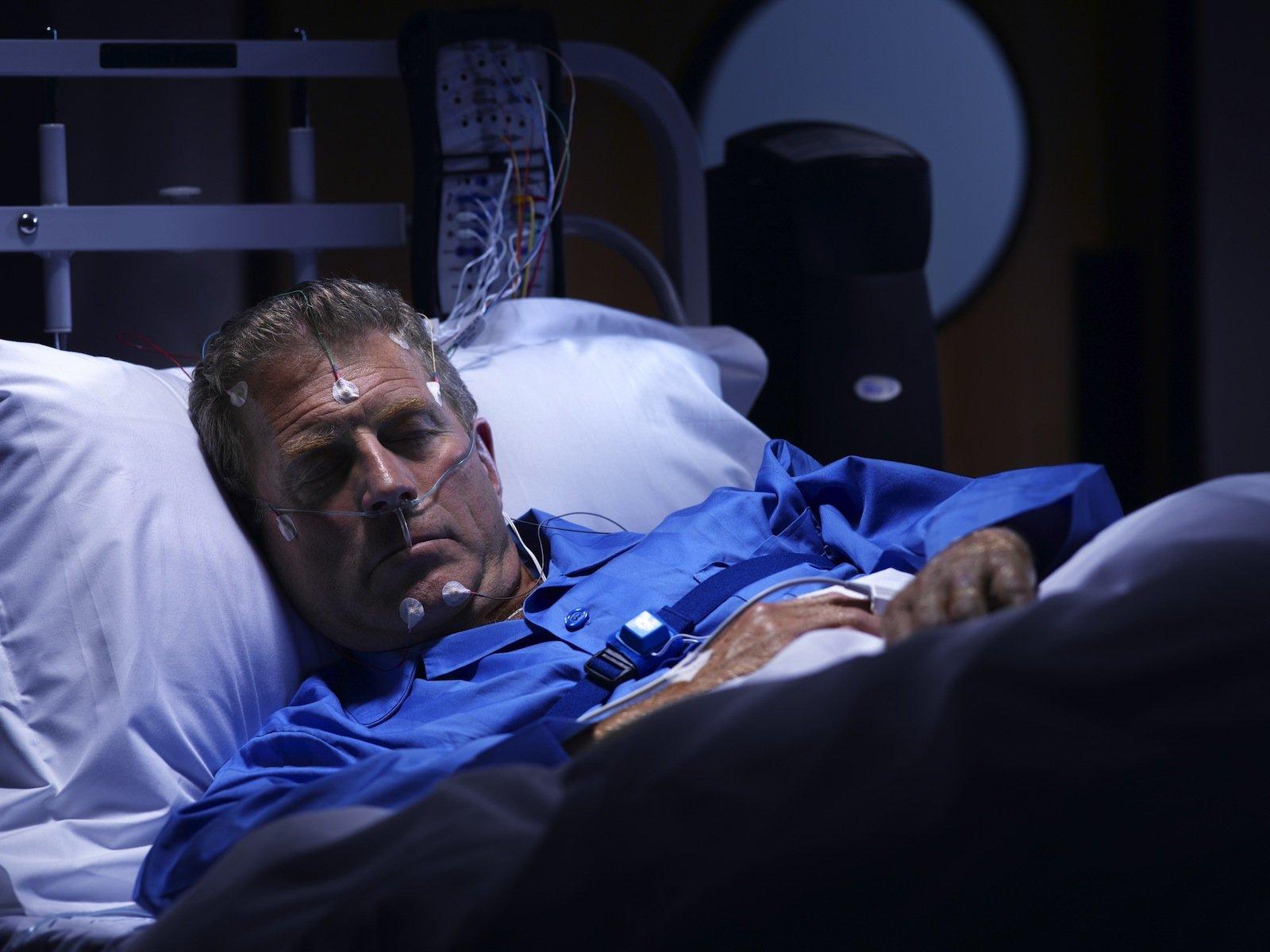 Mann im Schlaflabor.