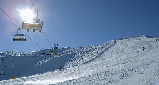 Die Fotovoltaik-Sesselbahn von Doppelmayr bringt stündlich 2400 Skifahrer zur Bergstation auf 2028 Meter Höhe. Sie benötigt pro Saison 180.000 Kilowattstunden Strom – ein Drittel liefern die Solarmodule.