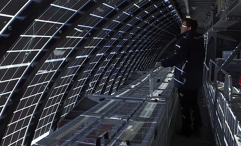 In die Dächer der Berg- und Talstation der Hüttenkopfbahn sind rund 300 Quadratmeter Solarmodule integriert. Sie erzeugen das ganze Jahr Sonnenstrom, den der Betreiber ins lokale Stromnetz einspeist und von diesen Vorräten im Winter zehrt.