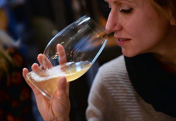 Kritischer Blick ins Bier: Fraunhofer Forscher haben einen Schnelltest auf der Basis einesneuen Polymerpulvers, mit dem Getränkeschädlinge wie Bakterien oder Hefen wesentlich schneller und einfacher entdeckt werden.