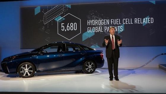 Toyota ebnet den Weg für eine zunehmende Verbreitung von Brennstoffzellenfahrzeugen: Das Unternehmen gibt ab sofort mehr als 5.600 seiner Patente rund um die alternative Antriebstechnik für die Öffentlichkeit frei. Diese Neuigkeit wurde auf der Consumer Electronics Show in Las Vegas bekannt gegeben.