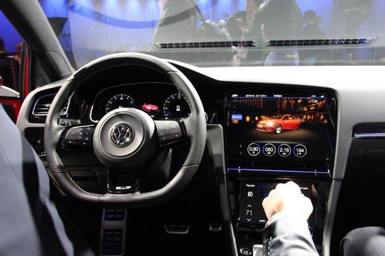 Volkswagen zeigte auf der Technik-Messe CES in Las Vegas den Golf R Touch mit drei Touchscreens im Cockpit.